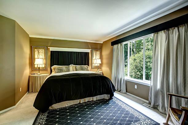 dunklen tönen schlafzimmer innenansicht - geparden bettwäsche stock-fotos und bilder