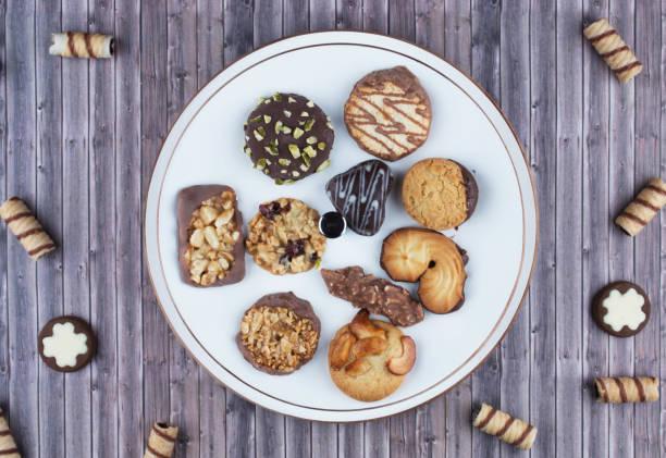 dunkle vintage-hintergrund mit verschiedenen hausgemachten keksen. - crumble deutsch stock-fotos und bilder