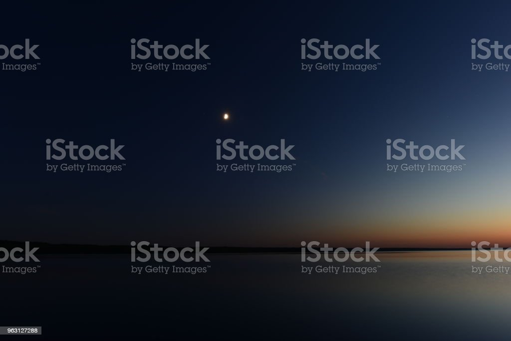 Mörker och ljus från månskenet i den mörka natthimlen ovanför sjön - Royaltyfri Akvarellmålning Bildbanksbilder