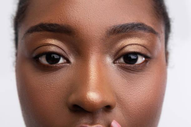 jovencita de piel oscura con agradables ojos dorados - primer plano fotografías e imágenes de stock