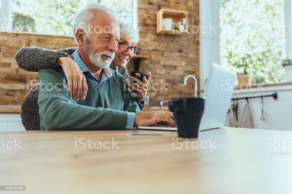 Liebling, Schau, was ich im Internet gefunden - Lizenzfrei 60-69 Jahre Stock-Foto