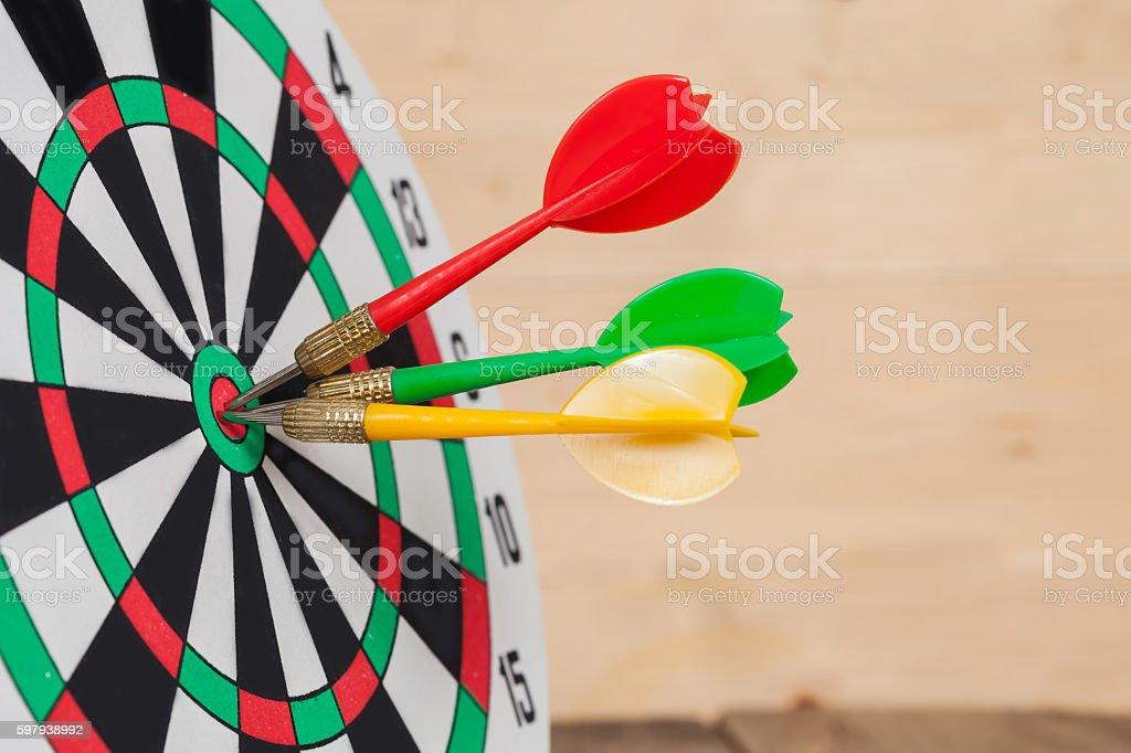 Dart arrow hitting in bullseye on dartboard foto royalty-free