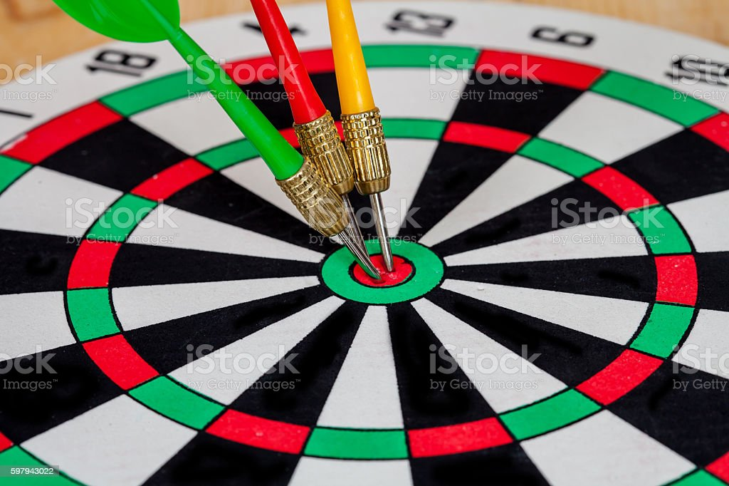 Dart arrow hitting in bullseye on dartboard foto royalty-free