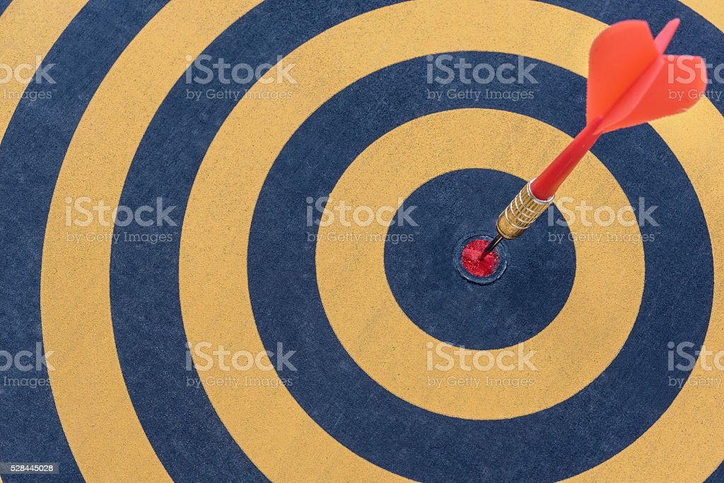 Fléchette sur la cible et flèche bullseye - Photo