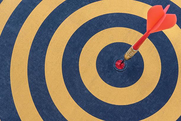 dardo obiettivo con freccia in bullseye - accuratezza foto e immagini stock