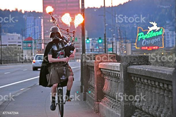 Darth Vader Jazda Rower Jednokołowy Gra Pali Dudy W Portland - zdjęcia stockowe i więcej obrazów 2015