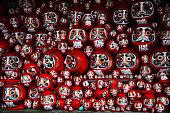 だるま または赤色にペイントのラッキーな日本の人形