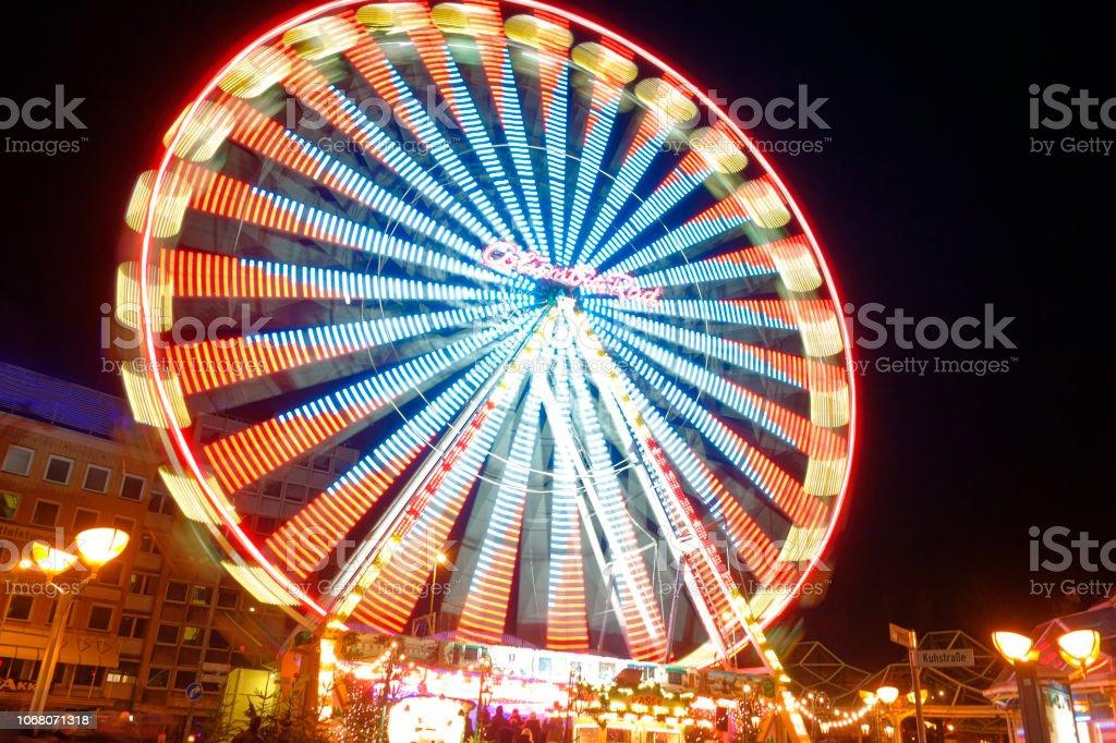 Das orange blaue Riesenrad stock photo