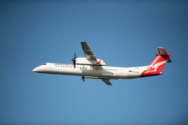 qantas dash 8 q400 aircraft taking off. - qantas foto e immagini stock