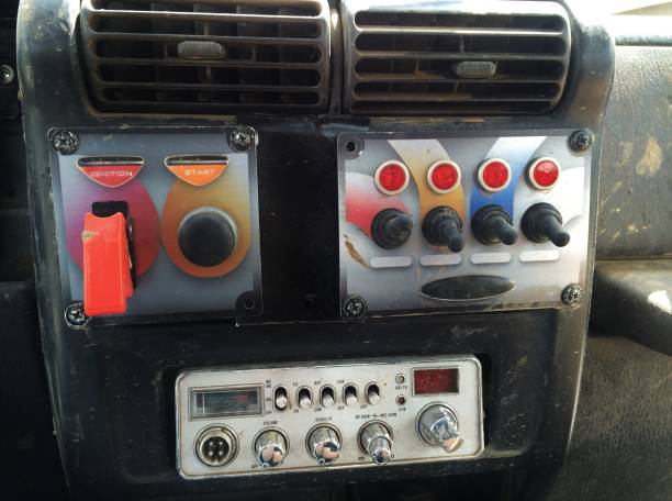 dash und schalter eines off-road-fahrzeugs, das start, zündung, cb-radio und 4 andere schalter umfasst - hausgemachte klimaanlage stock-fotos und bilder