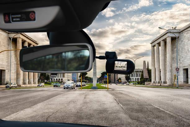 caméra de voiture dashcam avec vue sur le quartier de l'eur, rome, italie - camera sculpture photos et images de collection