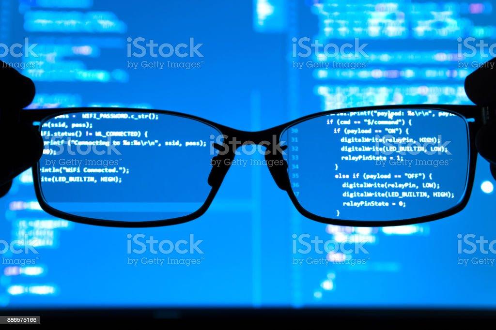 Datenwissenschaftler, big-Data, künstliche Intelligenz, Machine learning-Konzept. Silhouette Brille vor Laptop-Computer-Bildschirm mit Programmierung codiert. – Foto