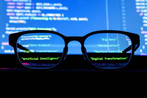 Datos científico, grandes datos, inteligencia artificial, aprendizaje concepto de tecnología de máquina. Gafas de silueta delante de la pantalla del ordenador portátil con programación codificada. - foto de stock