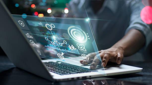 científicos de datos. programador masculino que utiliza el ordenador portátil analizando y desarrollando en diversa información sobre la pantalla de interfaz virtual futurista. algoritmo. marketing y aprendizaje profundo de la inteligencia artificial - inteligencia artificial fotografías e imágenes de stock
