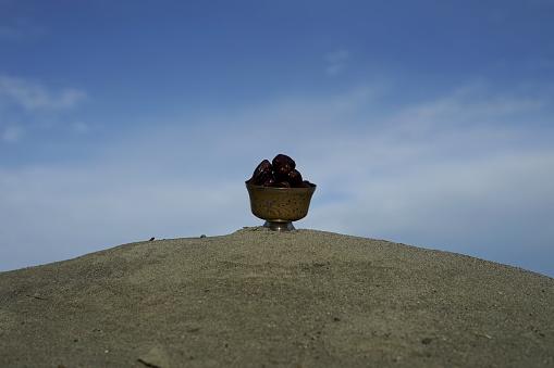 빈티지 실버 플레이트에 날짜 과일 Eid-Ul-Fitr에 대한 스톡 사진 및 기타 이미지