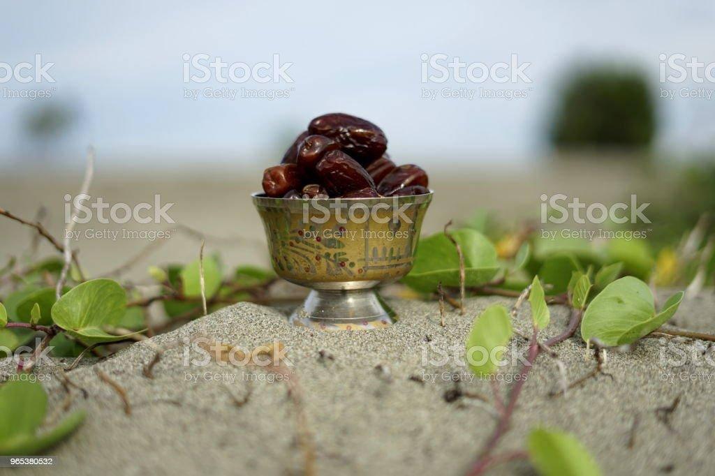 빈티지 실버 플레이트에 날짜 과일 - 로열티 프리 Eid-Ul-Fitr 스톡 사진