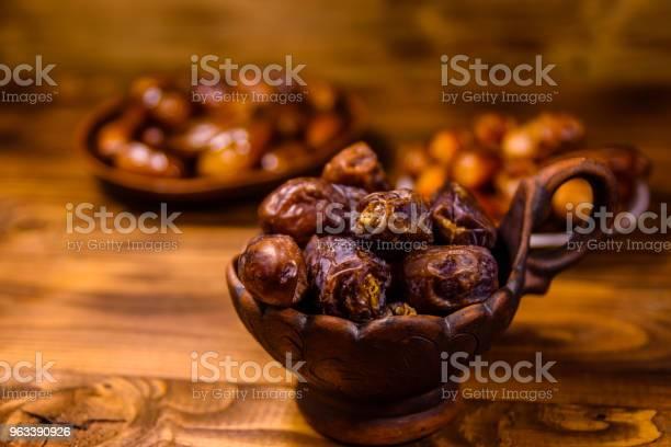 Owoce Daty Na Rustykalnym Drewnianym Stole - zdjęcia stockowe i więcej obrazów Arabia