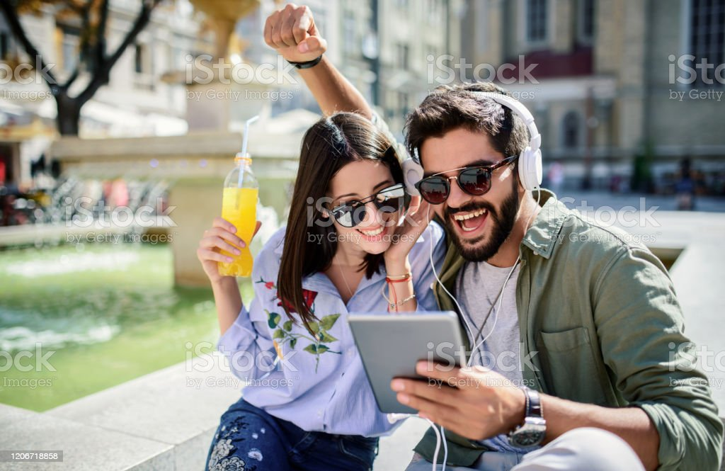 The dating - Translation into Romanian - examples English | Reverso Context