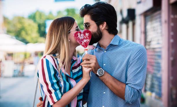 Dating. Romantisches Paar genießt in Momenten des Glücks. Liebe und Romantik – Foto