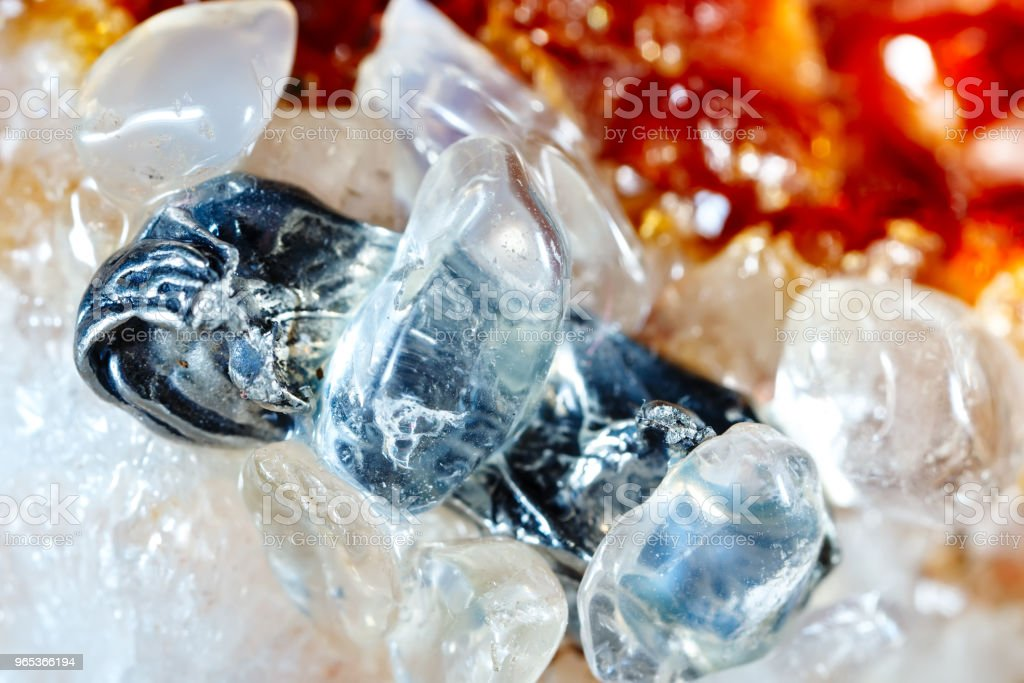 석 영과 Datolite입니다. 미네랄의 짜임새입니다. 천연 보석의 매크로 촬영입니다. 원시 미네랄입니다. 추상적인 배경 - 로열티 프리 건축물 스톡 사진