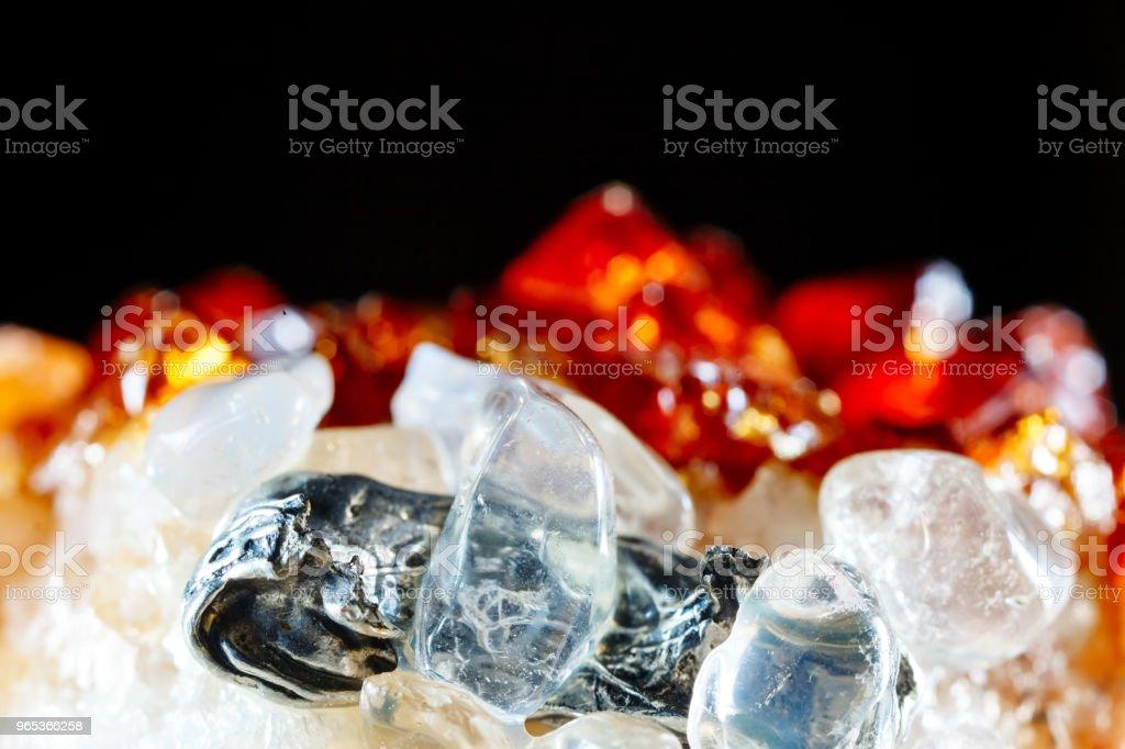 矽灰石與石英。礦物的質地。天然寶石的宏觀拍攝。原始礦物。抽象背景 - 免版稅一片圖庫照片
