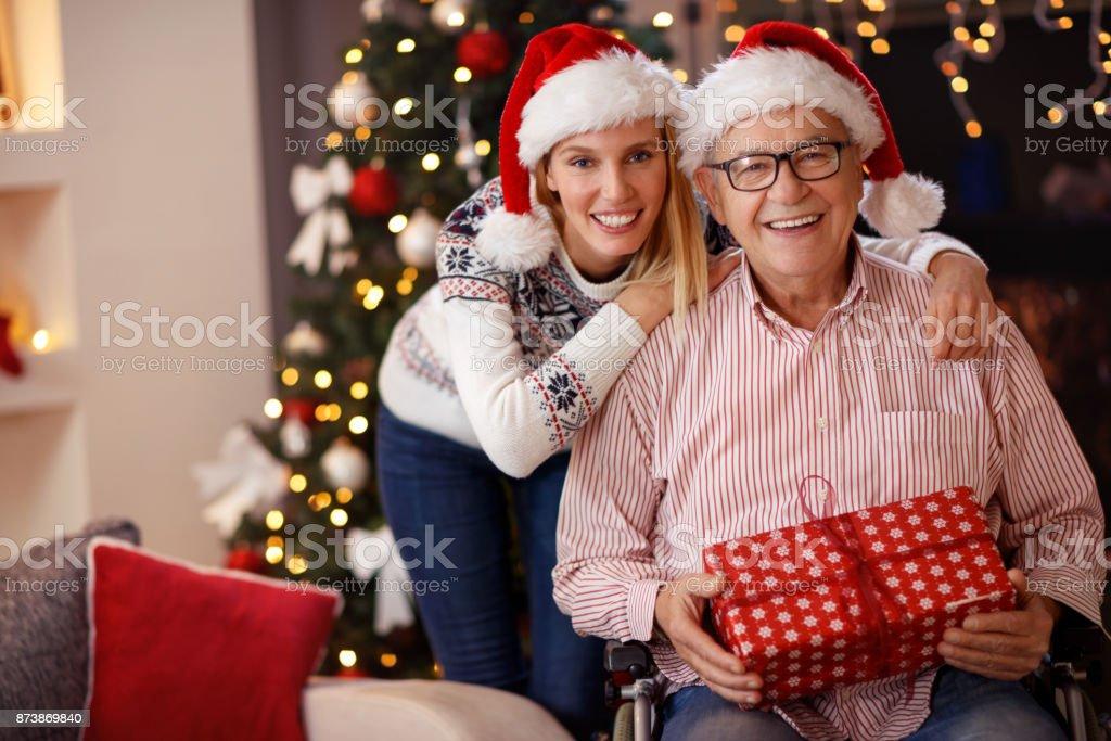 Tochter und älteren Vater im Rollstuhl zusammen Weihnachten feiern – Foto