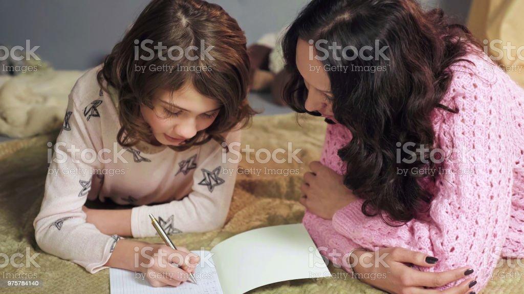 Tochter aufmerksam machen Hausaufgaben, Mutter Überwachung Fehler, schulfreie Bildung - Lizenzfrei Akademisches Lernen Stock-Foto