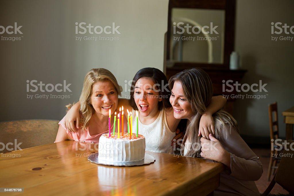 Tochter Wir feiern Geburtstag mit Mutter und Großmutter – Foto
