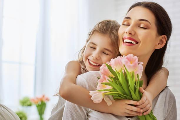 filha felicita mãe - mulher flores - fotografias e filmes do acervo