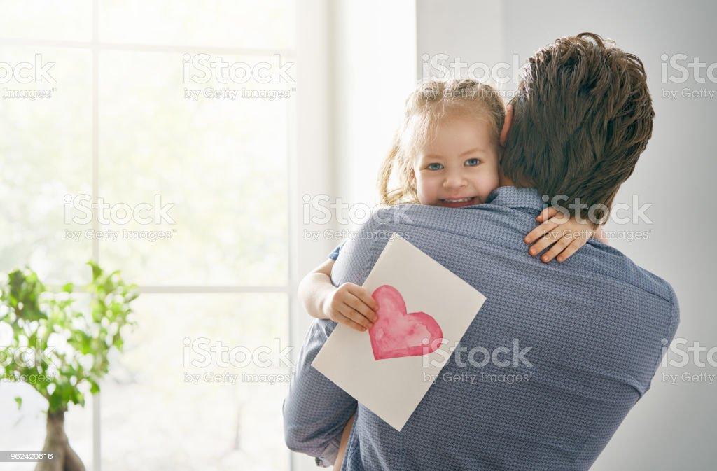 Tochter gratulieren Papa – Foto