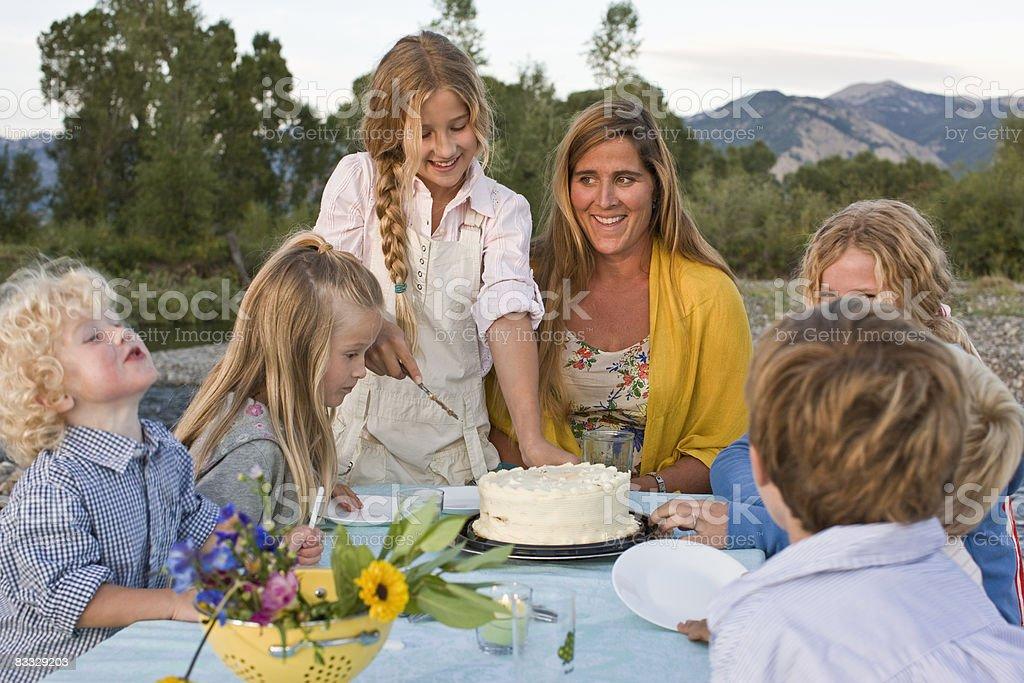 Figlia taglio Torta di compleanno di madre foto stock royalty-free