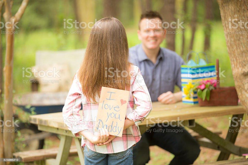 Filha De Pai Feitos à Mão Dá Cartão De Dia Dos Pais Ao Ar Livre