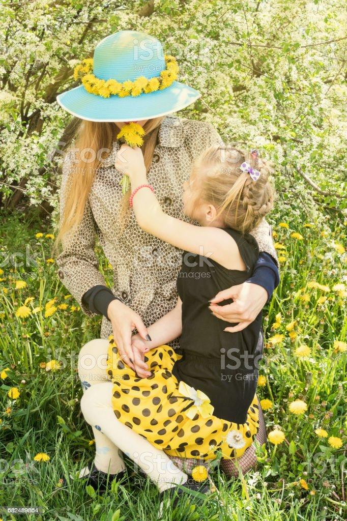 Kızı anne dandelions sniff verir. royalty-free stock photo