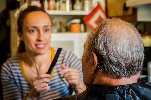 dochter een kapsel geven haar bejaarde ouders - foto's van hands stockfoto's en -beelden