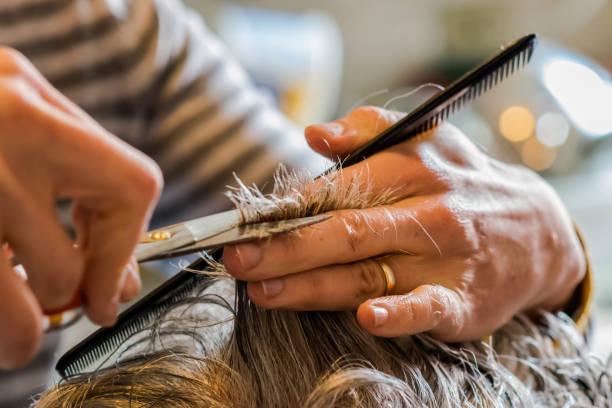 geben einen neuen haarschnitt zu ihren älteren eltern tochter - glatze schneiden stock-fotos und bilder