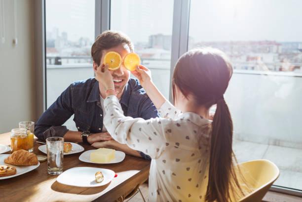daughter having fun at breakfast with her dad - papa humor stock-fotos und bilder