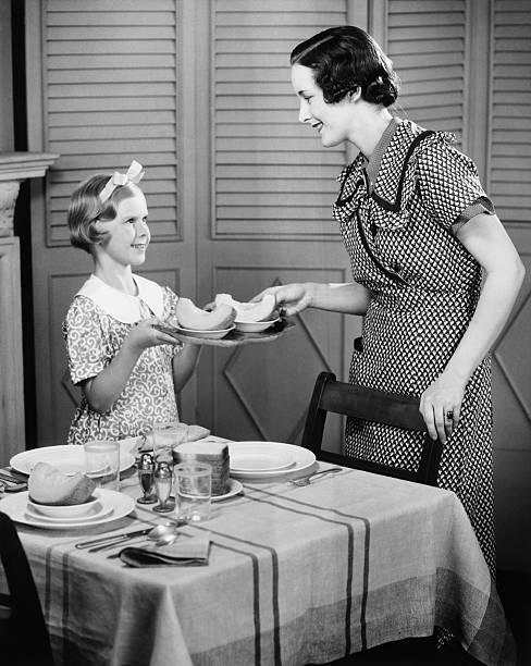 tochter hilft mutter (8.) ambiente tisch für frühstück (b & w - kücheneinrichtung nostalgisch stock-fotos und bilder