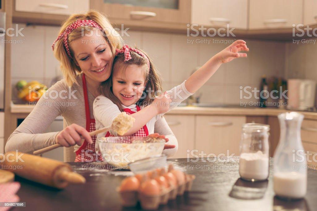 반죽 한 반죽을 딸 돕는 어머니 - 로열티 프리 2명 스톡 사진
