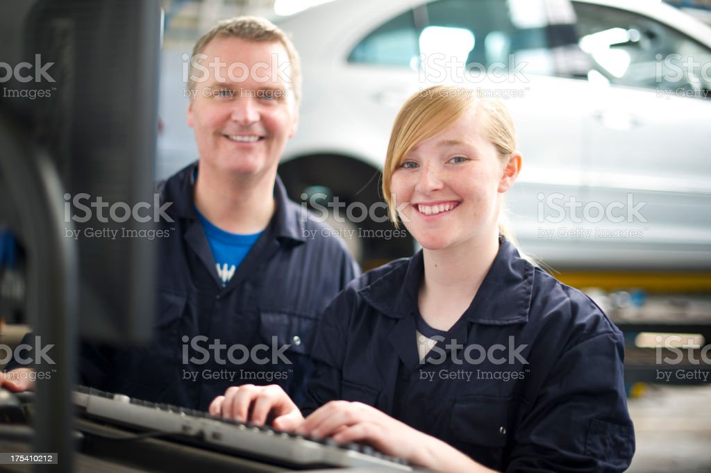 Tochter hilft dir ath garage – Foto