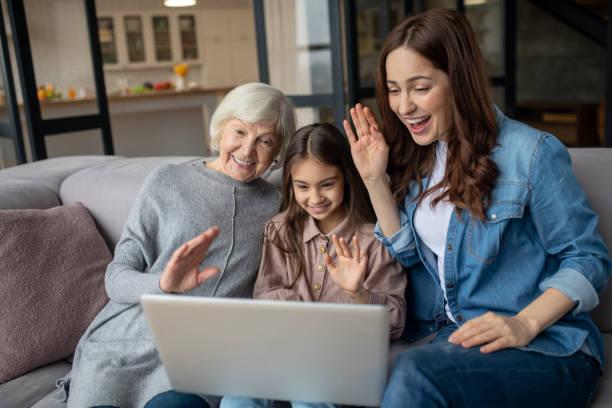 Tochter ihre Mutter und Großmutter miteinander sprechen zusammen auf einem Laptop. – Foto
