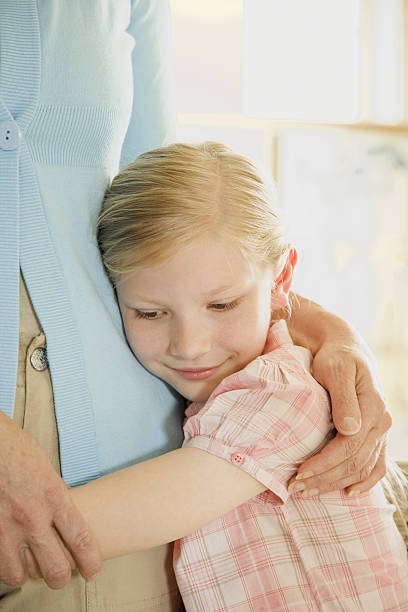 Daughter holding mother and being comforted - foto stock