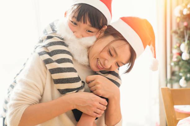 tochter mutter umarmt, christmas party im haus - weihnachten japan stock-fotos und bilder