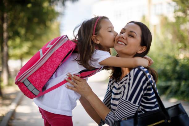 tochter mutter vor schule küssen - taschen von liebeskind stock-fotos und bilder