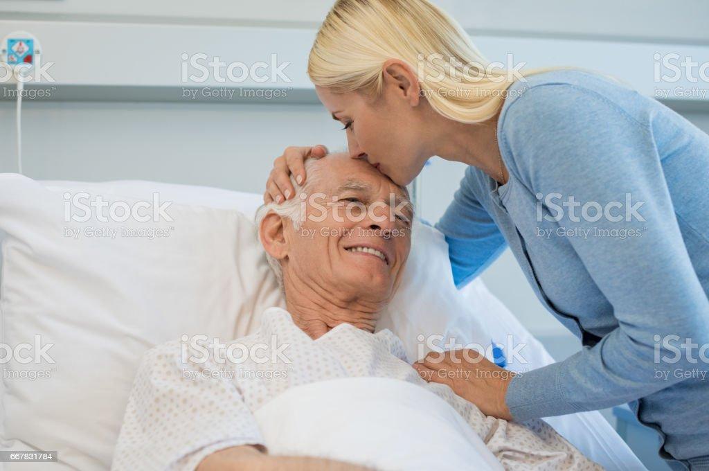 Padre superior beso hija - foto de stock