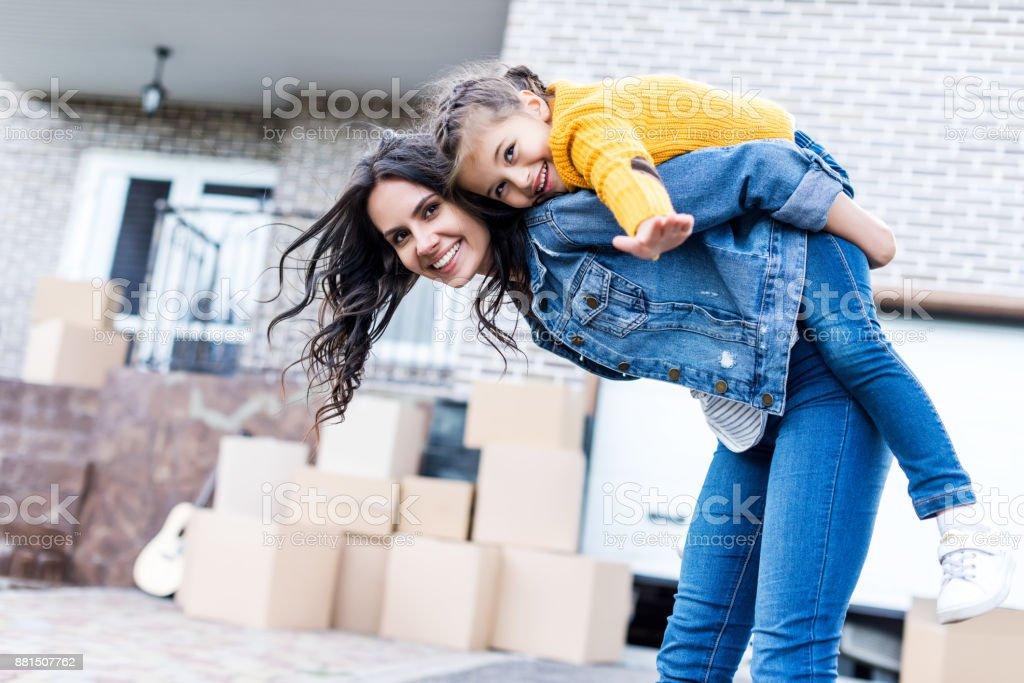 dochter piggyback paardrijden moeder foto