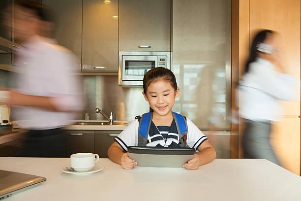 tochter spielt auf digitale tablet während die eltern laufen - porzellan druck stock-fotos und bilder