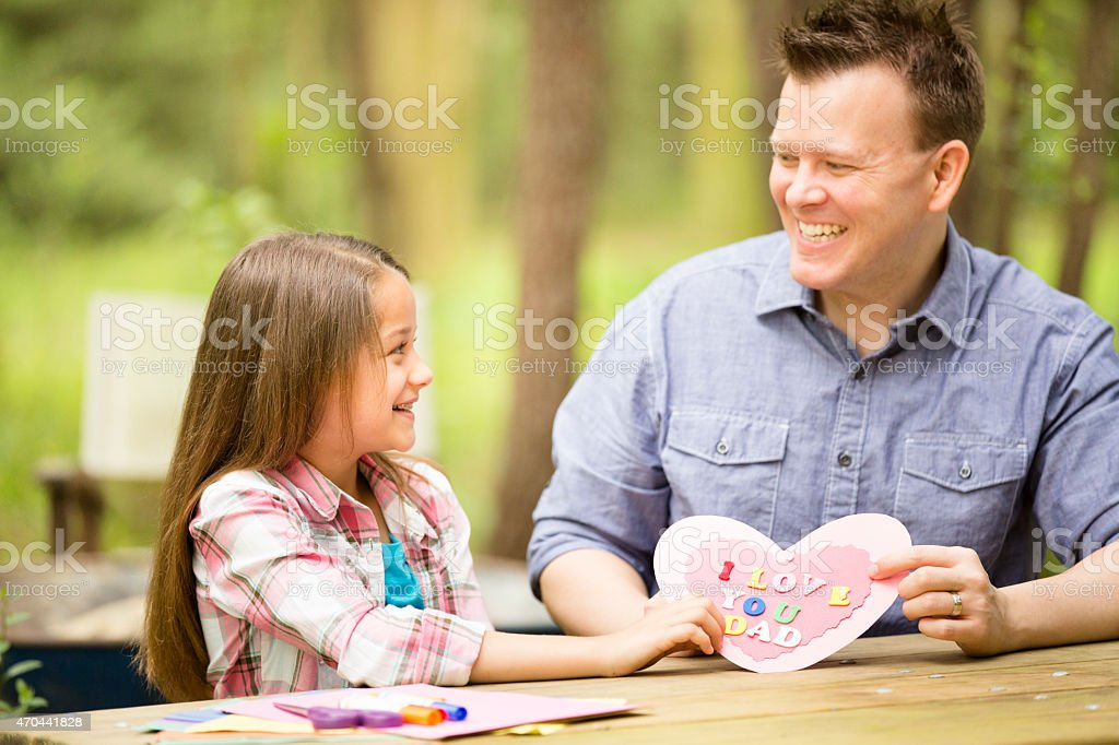 Filha De Pai Feitos à Mão Mostra Cartão De Dia Dos Pais Ao Ar Livre