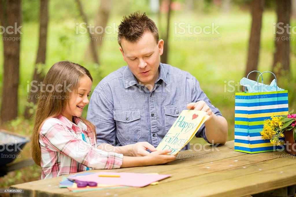 Foto De Filha De Pai Feitos à Mão Mostra Cartão De Dia Dos Pais Ao