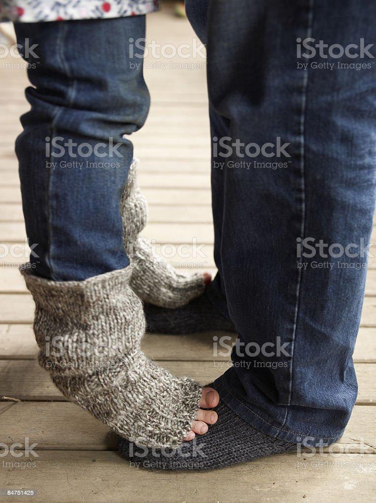 Petite fille debout dans son père s carrés photo libre de droits