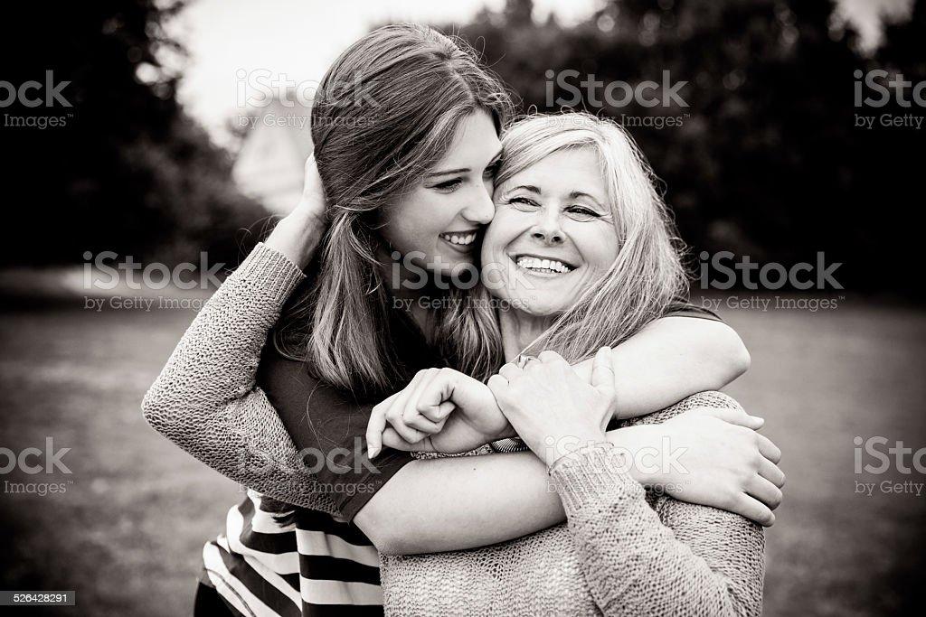 Fille surprise mère avec une étreinte de derrière - Photo